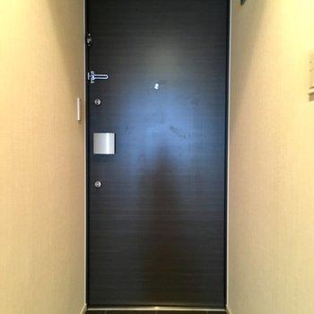 玄関へ。レザーのルームシューズ履きたいな〜※写真は7階の同間取り別部屋のものです