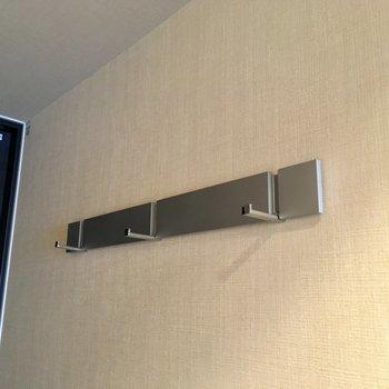 玄関横にフックが。カバンなど掛けられます。※写真は7階の同間取り別部屋のものです