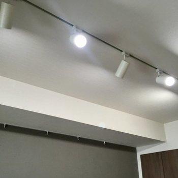 照明はスポットライトですよ〜※写真は7階の同間取り別部屋のものです