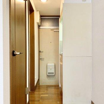 水回りは玄関付近に集まっています。冷蔵庫置場は右手に。