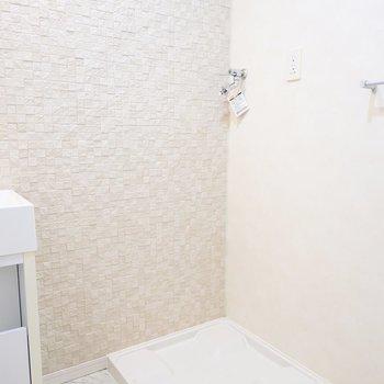 その隣には洗濯機置場。収納が置けるスペースもたっぷり。