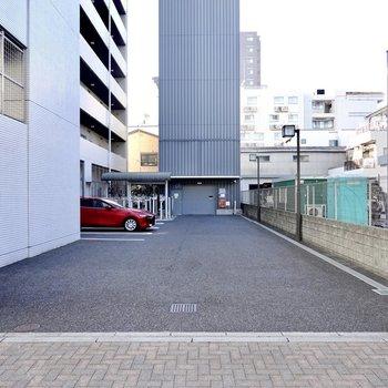 さらに奥には立体式もある駐車場。一人暮らしに嬉しい自販機もありますよ。