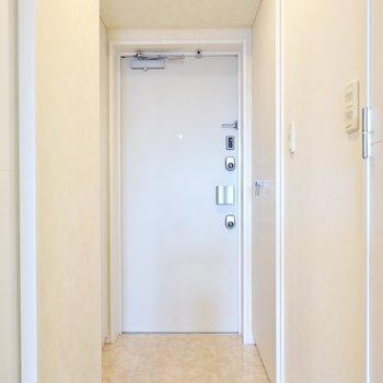 玄関も意外と広く、左右に1つずつ靴箱があるんです。