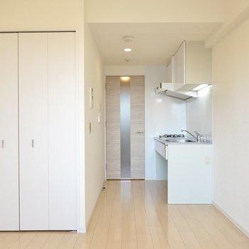廊下へのドアはキッチンのすぐ横に。