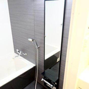 バーチカルミラーとステンレスのシャワーヘッドも美しい……さらに、浴室乾燥機も付いています。