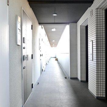 玄関前の共用部も黒く染められていて、まさにデザイナーズな空間。