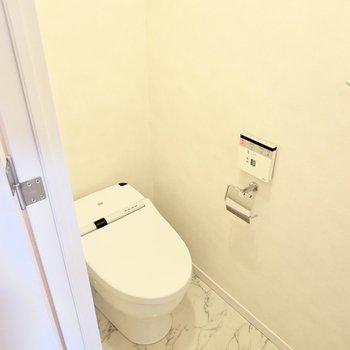 トイレはスタイリッシュなタンクレスタイプ!