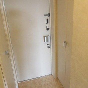 玄関も広めでシューズボックスも完備。(※写真は10階の反転間取り別部屋のものです)