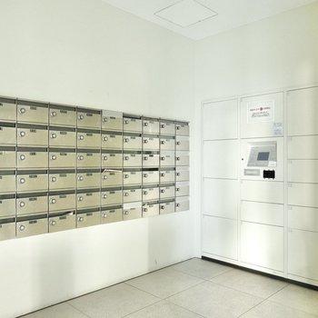 隣には都市生活に欠かせない宅配ボックスが設置されたメールルームも。