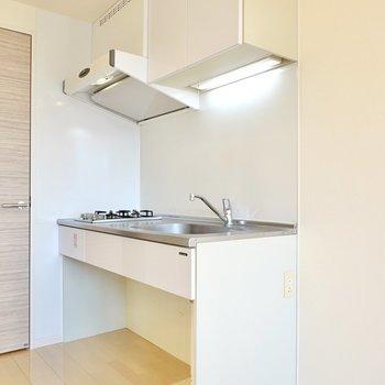 キッチンは足元がフリースペースで、スッキリとしたミニマルな佇まい。
