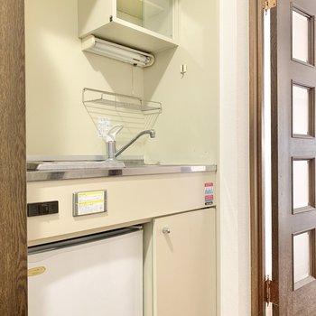キッチンはキュッとしたサイズ感。冷蔵庫付き!