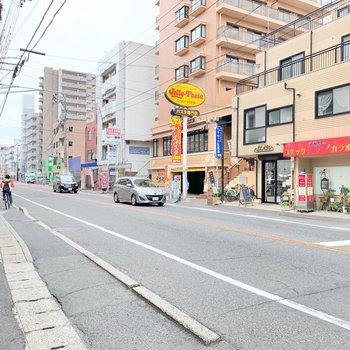 大通りへ出ると、銀行、コンビニ、スーパー飲食店とモリモリ!