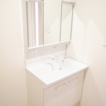 シンプルなたたずまいの洗面台がいいですね。