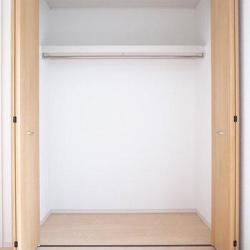【2階 洋室6帖】広さ・奥行きともにあります。
