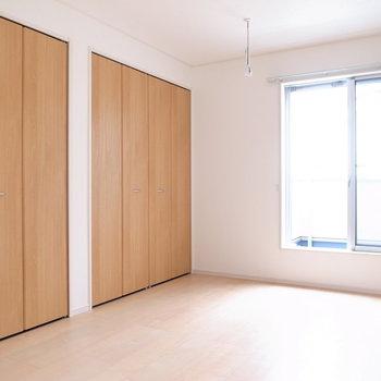 【2階 洋室7.3帖】こちらにはベランダと、大容量の収納があります!ご夫婦の寝室に。