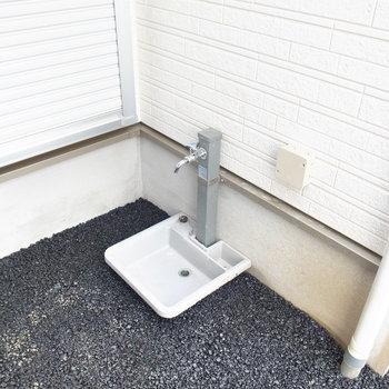 すぐ外に洗い場が。おさんぽなどから帰ってきたら、ここで足をきれいにしてそのままおうちへ入れます!