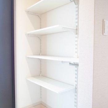 棚を動かせる収納です♪アウトドア用品・ペット用品を置いておけます!