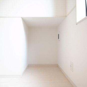 【1階 LDK】ここ、ちょうど猫が好みそうな狭さ…。