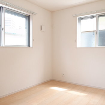 【2階 洋室6帖】洋室はどちらも二面採光!子ども部屋にちょうどよさそうです。