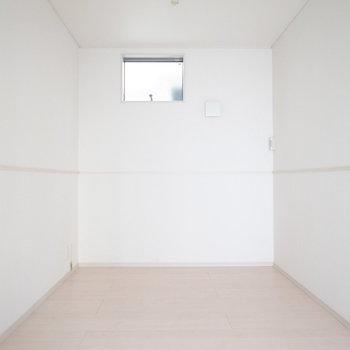 【1階 LDK】反対側から。真四角で、レイアウトしやすい空間!
