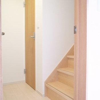 階段のとなりにトイレがありました。2階から降りてきてすぐに入れるのが、地味に助かります。