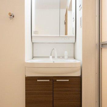 コンパクトな洗面所。(※写真は1階の反転間取り別部屋のものです)