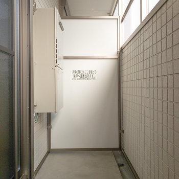 高い壁に囲まれたバルコニー。(※写真は1階の反転間取り別部屋のものです)
