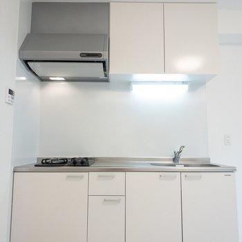 白さが光るキッチン。(※写真は1階の反転間取り別部屋のものです)