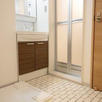 脱衣所の床はタイル。(※写真は1階の反転間取り別部屋のものです)