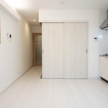 正面の扉を開けると洋室があります。(※写真は1階の反転間取り別部屋のものです)