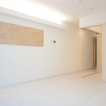 壁にかかっているエコカラットと照明がホテルライク♪(※写真は1階の反転間取り別部屋のものです)