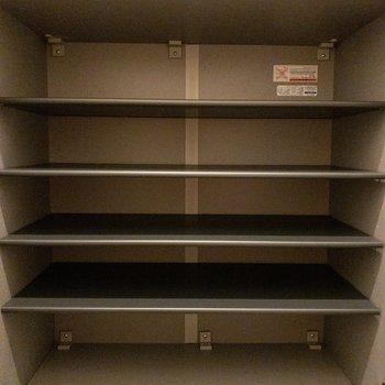 一人暮らしなら十分な大きさの靴箱。(※写真は1階の反転間取り別部屋のものです)