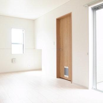 【1階 LDK】居室のほとんどのドアに、小型犬と猫用の出入り口が設けられています。