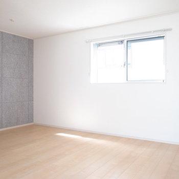 【2階 洋室10.3帖】キングベッドだってOKな広さ!ご夫婦の寝室に。