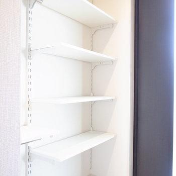 棚を動かせるラックです♪アウトドア用品・ペット用品を置いておけます!