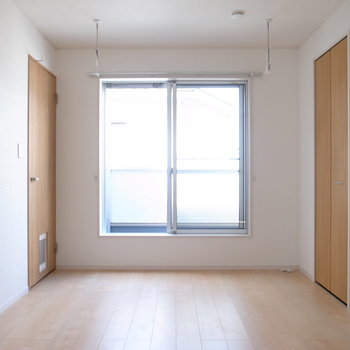 【2階 洋室10.3帖】ベランダがあります。室内干しの設備も◎