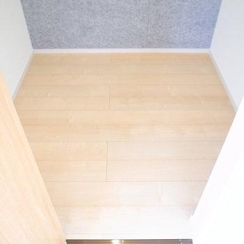 【2階 洋室10.3帖】ゆとりがあって頼れるウォークインクローゼットです。