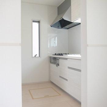 【1階 LDK】ゆったりしたキッチンスペース。