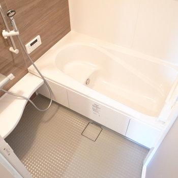 ひろ〜い浴室!お子さんといっしょに入るのも、大型犬のお風呂もオーライ〜!