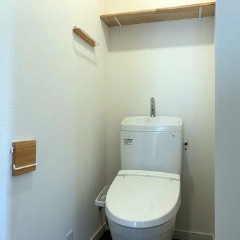 トイレの上の台にはトイレットペーパーなどのストック用品が置けますね