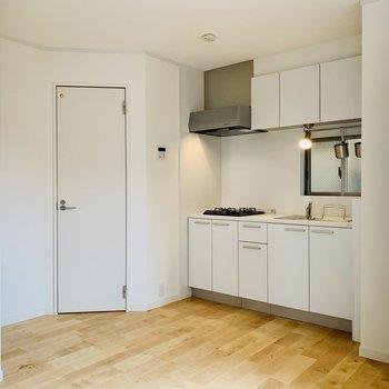 キッチン背後は十分なスペースがあるので、作業台を置いて大掛かりな料理をしてみたい。