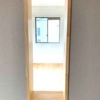 リビングとキッチンの小窓から光が差し込みます