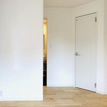 キッチン横の扉はトイレと洗面所が