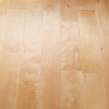バーチの無垢床が輝いていました。