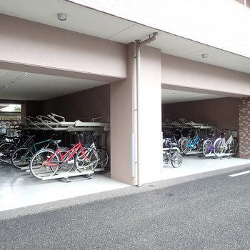 共用部】駐輪場はマンションの奥にありました。