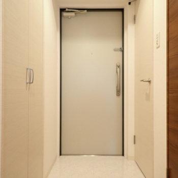 玄関の脱ぎ履きスペースはゆったりめ。