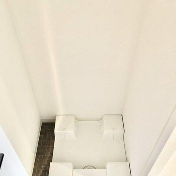 洗濯パンは扉で隠せるタイプ。(※写真は4階の反転間取り別部屋のものです)