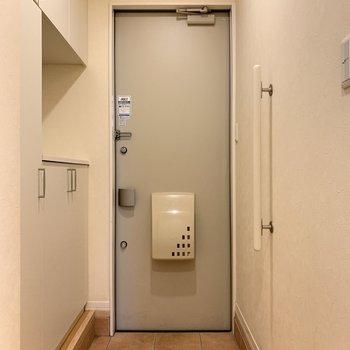 段差はありますが、サイドの手すりで安心です。※写真は1階の反転間取り別部屋のものです