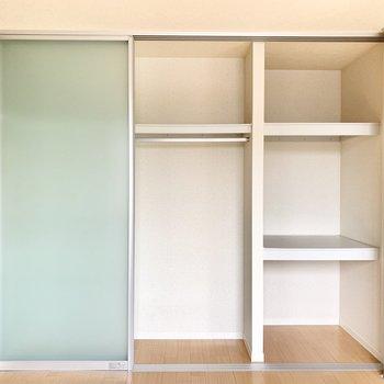 【洋室】仕切りがあって便利なクローゼット。※写真は1階の反転間取り別部屋のものです