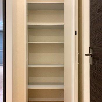 廊下にも収納が。日用品のストックを入れるのにどうぞ。※写真は1階の反転間取り別部屋のものです